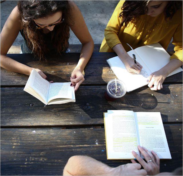 kobiety przy stoliku z ksiązkami